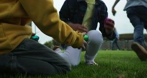 Chrildren бежать для обнаружения пасхальных яя сток-видео