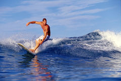 Chris Gagnon que surfa em Waikiki Havaí imagens de stock