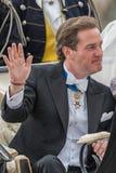 Chris O'Neill ondulant sa main dans un chariot sur le chemin à Riddarholmen après le mariage Images stock