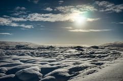 Chrismas与太阳蓝天和雪的冬天风景在冰岛 库存图片