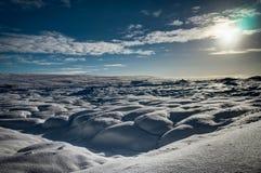 Chrismas与太阳蓝天和雪的冬天风景在冰岛 库存照片