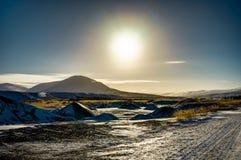 Chrismas与太阳蓝天和雪的冬天风景在冰岛 免版税库存图片