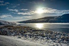 Chrismas与太阳蓝天和雪的冬天风景在冰岛 图库摄影