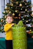 Chrismas Öffnung des kleinen Jungen Geschenk Lizenzfreie Stockfotografie