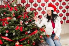 有自然Chrismas树的快乐的妇女 免版税库存图片