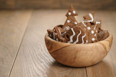 Chrismas chokladkakor i träbunke på ektabellen med kopieringsutrymme Arkivbild
