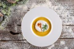 Chrismas fisksoppa i den vita plattan med julgarneringar, modern gastronomi arkivfoto