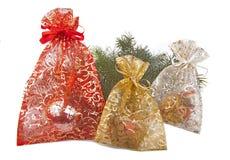 Chrismas gåvor med jul förgrena sig Arkivfoton