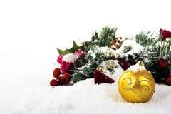 Chrismas garneringar på vit snö för bakgrund royaltyfri fotografi