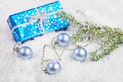 Chrismas giftbox on the snow Royalty Free Stock Photos