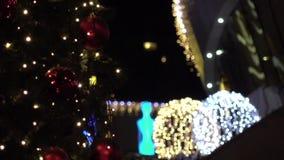 Chrismas träd på stadsgatan ut ur fokus stock video
