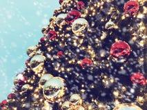 Chrismasboom voor groene achtergrond, verlicht ornament, rood, bal Stock Afbeeldingen