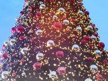 Chrismasboom voor groene achtergrond, verlicht ornament, rood, bal Royalty-vrije Stock Afbeelding