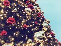 Chrismasboom voor groene achtergrond, verlicht ornament, rood, bal Royalty-vrije Stock Fotografie