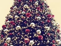 Chrismasboom voor groene achtergrond, verlicht ornament, rood, bal Stock Foto's