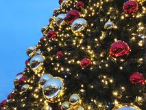 Chrismasboom voor groene achtergrond, verlicht ornament, rood, bal Stock Foto