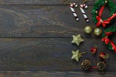 Chrismasdecoratie en ornament op houten achtergrond w Royalty-vrije Stock Fotografie