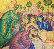 Christ& x27; cuerpo de s que es preparado después de su muerte - mosaico en Jerusalén foto de archivo