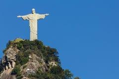 Christ o Redeemer em Rio de Janeiro Céu azul para a cópia foto de stock royalty free
