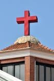 Christan教会的交叉和屋顶 免版税库存图片