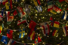 Christasboom met de Vlaggen van het Verscheidenheidsland, Wensend Verenigde Wereld en Vrede stock fotografie