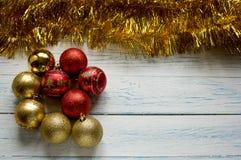 Christbaumkugeln und goldene glänzende Girlande Lizenzfreie Stockfotos