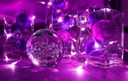 Christbaumkugeln und Schmuck mit Kerze-beleuchteter Sammlung, im Tendenzfarbeultravioletten lizenzfreies stockbild