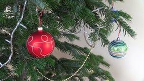 Christbaumkugelspielwaren und -dekorationen Weiße Girlande Blinkens stock footage