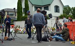 Christchurch moskémassaker - moské för yttersida för för filmbesättningar och reporter upptagen royaltyfri fotografi