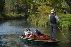Stochern hinunter den Fluss Stockfoto