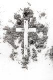 Christelijk die kruis in as, stof als achtergrond van het godsdienstconcept wordt gemaakt stock afbeeldingen
