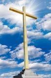 Christelijk gouden kruis op hemel. Godsdienst en geloofsconcept. stock foto
