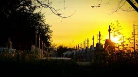 Christelijk kruis onder zonsondergang stock footage