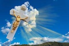 Christelijk kruis op een blauwe hemel Symbool van geloof in God en Pasen-vakantie Stock Foto's