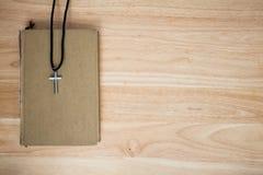 Christelijk kruis op houten achtergrond Royalty-vrije Stock Foto