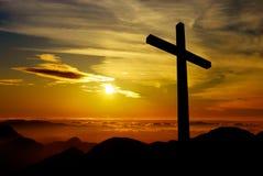Christelijk kruis op zonsondergangachtergrond stock afbeelding