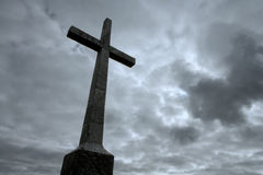 Christelijk Kruis over bewolkte hemel Royalty-vrije Stock Foto's
