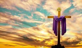 Christelijk kruis over heldere zonsondergangachtergrond royalty-vrije stock foto's