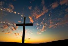 Christelijk kruis over mooie zonsondergangachtergrond Royalty-vrije Stock Afbeeldingen