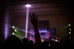Christelijk muziekoverleg met opgeheven hand Stock Foto's