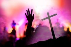Christelijk muziekoverleg met opgeheven hand stock fotografie
