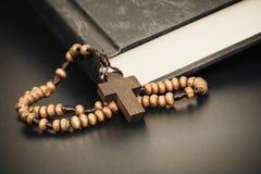 Christelijke dwarshalsband op Heilig Bijbelboek, conc de godsdienst van Jesus royalty-vrije stock afbeeldingen