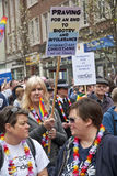 Christelijke festivalgoers steunen banners Stock Fotografie