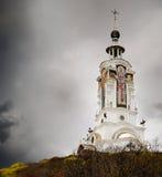Christelijke kerk in onweerswolken Stock Afbeeldingen