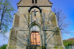 Christelijke kerkkirk Dorps Christelijke kerk met Jesus op het kruis Stock Afbeelding