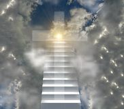 Christelijke kruis en ladder aan sunsnsinestralen van de hemelzon stock fotografie