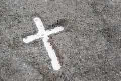 Christelijke kruis of kruisbeeldtekening in as, stof of zand als symbool van godsdienst, offer, redemtion, Jesus Christ, aswoensd royalty-vrije stock foto's