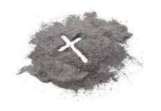 Christelijke kruis of kruisbeeldtekening in as, stof of zand als symbool van godsdienst, offer, redemtion, Jesus Christ, aswoensd stock afbeeldingen