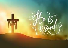 Christelijke Pasen-scène, Verlosser` s kruis op dramatische zonsopgangscène, met tekst is hij toegenomen, illustratie Royalty-vrije Stock Fotografie