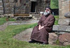 Christelijke priester die buiten een klooster rusten Stock Foto